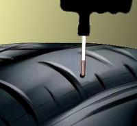Allargare e ripulire foro con lima del kit riparazione pneumatici